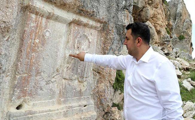 Antalya'da define arayanlar tarihi alanı delik deşik etti