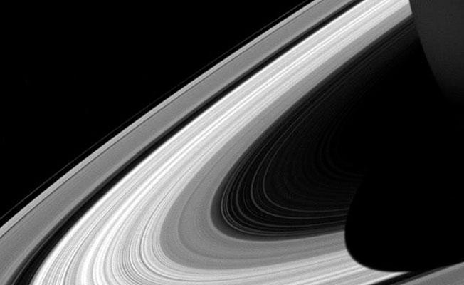 Cassini, Satürn'ün aydınlanma çizgisini görüntüledi
