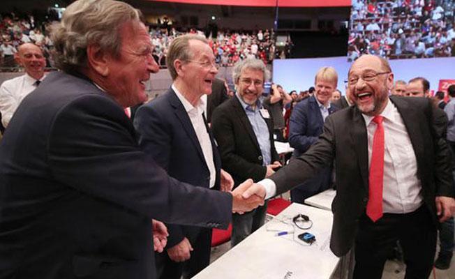 Martin Schulz'den Erdoğan'a çağrı: Demokrasiye geri dönün