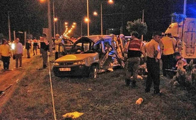Midibüsle kamyonet çarpıştı: 5 ölü, 3 yaralı