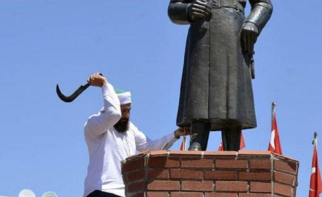 'Dinimizde putperestliğe yer yoktur' dedi, Atatürk büstüne saldırdı