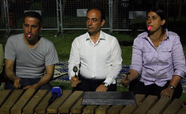 Nöbetteki HDP'li vekillerden ses çıkarma eylemi: Sırrı Süreyya cümbüş çaldı