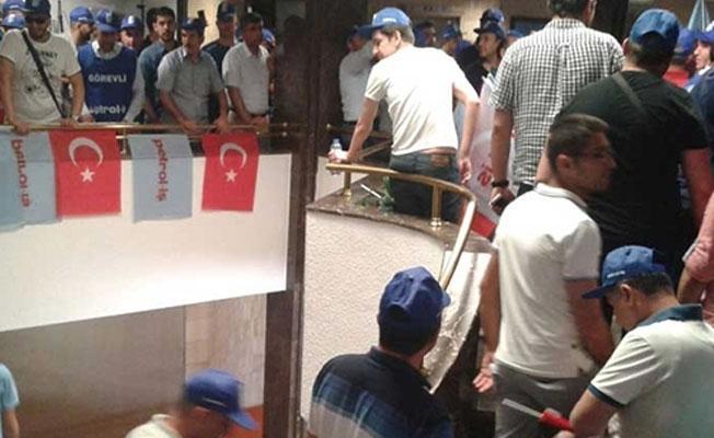 Petrol-İş üyesi işçiler TP Genel Müdürlüğü binasını işgal etti