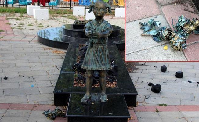 Zonguldak'ta Atatürk'e çiçek veren kız heykeline saldırı
