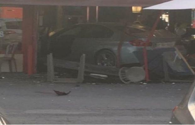 Fransa'da bir araba pizza dükkanına daldı!
