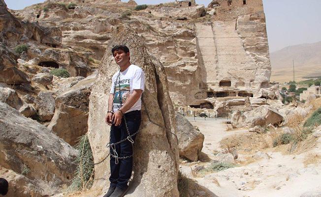 Kendisini Hasankeyf'te kayalara zincirleyen vekil: Yıkım bitirilene kadar devam edeceğim