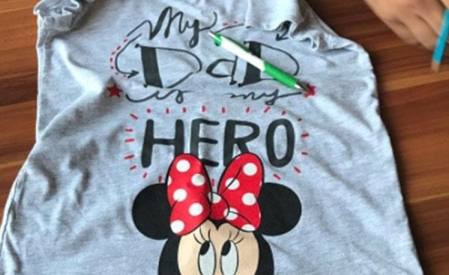 'My Dad My Hero' tişörtü giyen küçük çocuk annesiyle birlikte gözaltına alındı