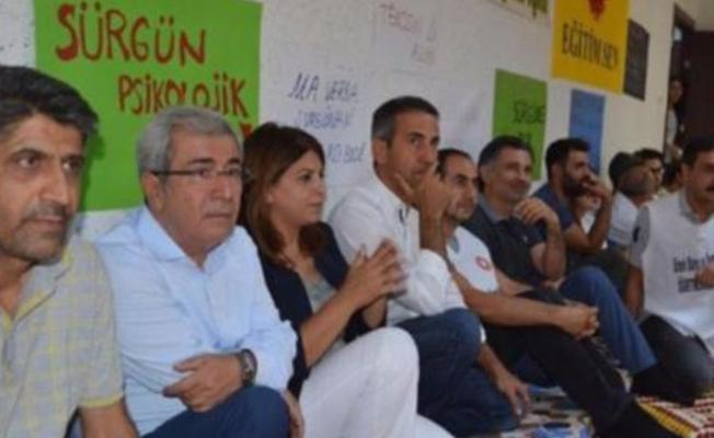 Sürülen öğretmenler Diyarbakır'da oturma eylemi başlattı