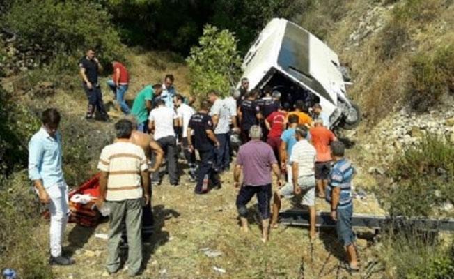 Antalya'da tur otobüsü şarampole devrildi: Ölü ve yaralılar var