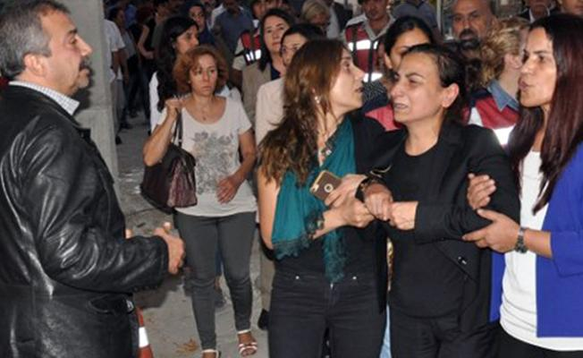 Hatun Tuğluk'un cenaze törenine saldıran 4 kişi sorguda 6 kişi aranıyor