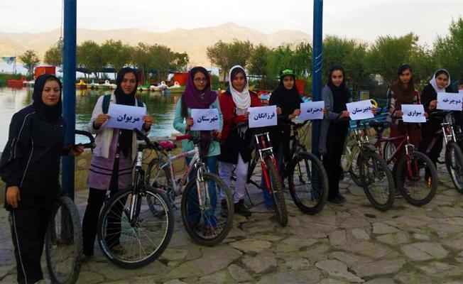 İran'da kadınlar bisiklet sürmelerinin yasaklanmasına direniyor