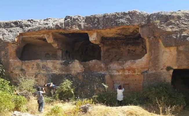 Midyat'ta 1300 yıllık kaya manastırı tahrip ediliyor!