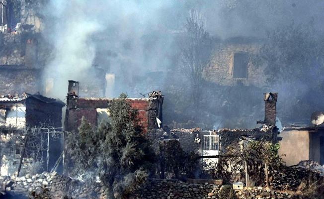 Muğla'daki orman yangın devam ediyor; 40'a yakın ev yandı