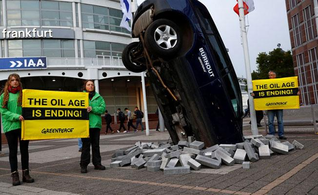 Otomobil fuarında Greenpeace eylemi