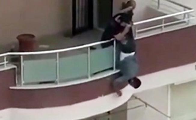 Türkiye'de 'iş güvenliği': Ayaklarından tutularak sarkıtılan kişi boya yaptı