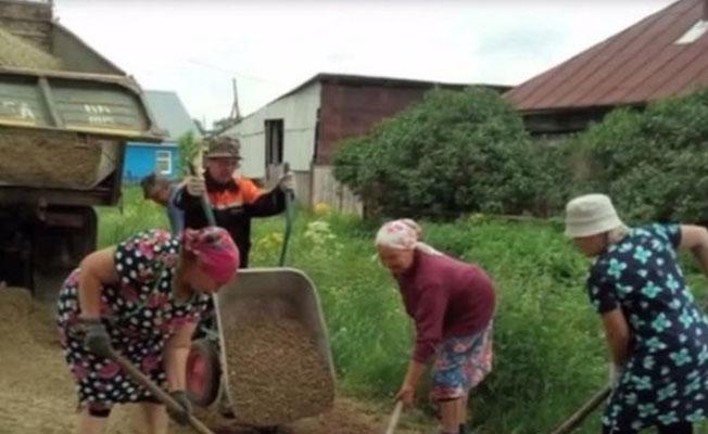 Yetkililerden umudu kesen büyükanneler köy yolunu onardı