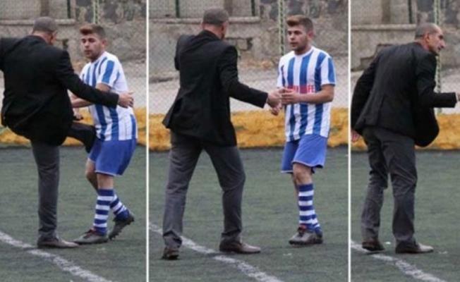 Kulüp başkanı, sahaya girip futbolcuyu tekmeledi!