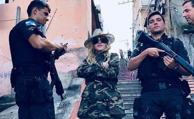 Madonna'nın Brezilya polisi ile fotoğrafına tepki