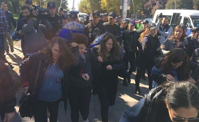 'Müftü nikahı'na karşı Meclis önünde eylem yapan kadınlara polis müdahalesi