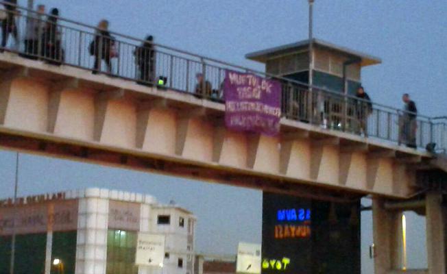 'Müftülük yasası Meclis'ten geçmeyecek' pankartı asan kadınlara gözaltı