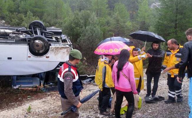 Turistleri taşıyan tur otobüsü şarampole yuvarlandı