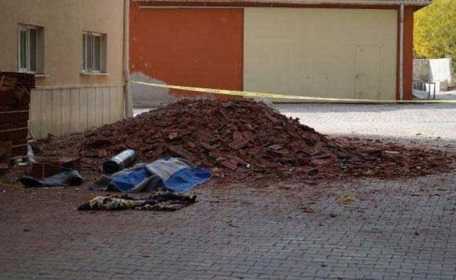 Üzerine çatı yatılım malzemesi düşen işçi hayatını kaybetti