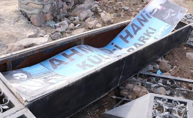 Ahmed-i Hani anıtının ardından parktaki tabelası da yıkıldı