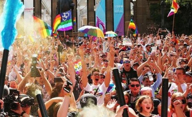 Avustralya'da halk eşcinsel evlilikler için 'Evet' dedi