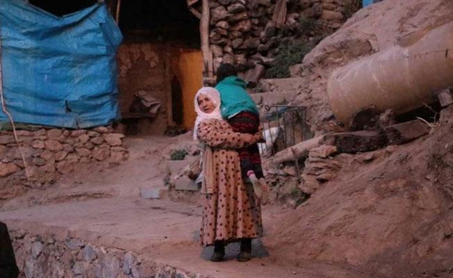 Van'da bir anne: Engelli çocuğunu tedavi için sırtında yedi kilometre taşıyor
