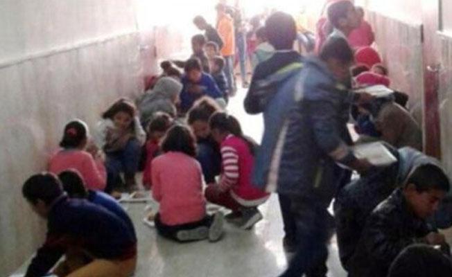 Yemekhanesi olmayan okulda öğrenciler koridorda beton zeminde yemek yiyor!