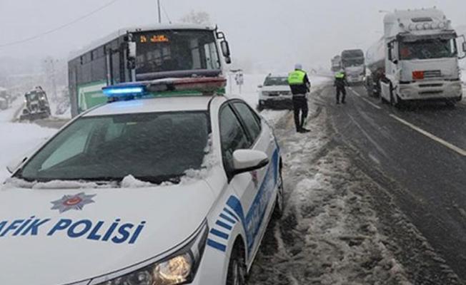 Yoğun kardan dolayı Bolu Dağı'ndan TIR geçişine izin verilmiyor