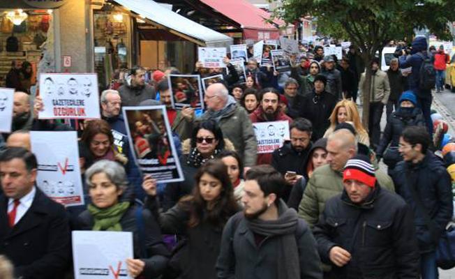 Dışarıdaki Gazeteciler tutuklu meslektaşları için yürüdü