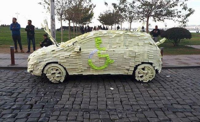 Engelli yerine park eden sürücü yapışkanlı not kağıtlarıyla protesto edildi