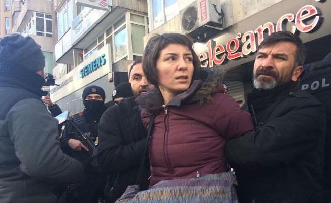Ters kelepçe ile gözaltına alınan KESK Başkanı Aysun Gezen serbest bırakıldı