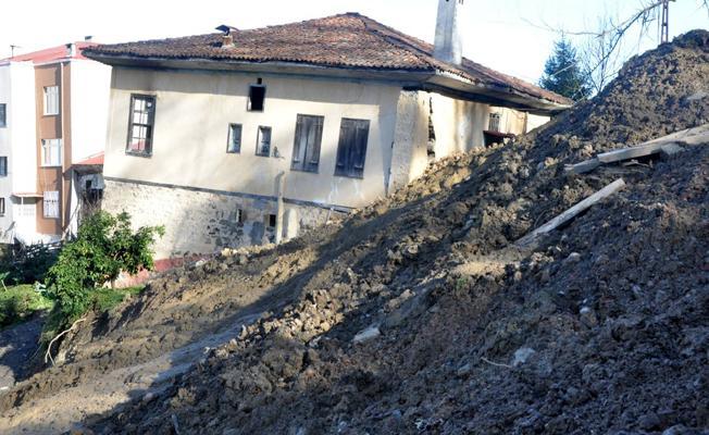 Sürmene denize kayıyor: Binalar boşaltıldı