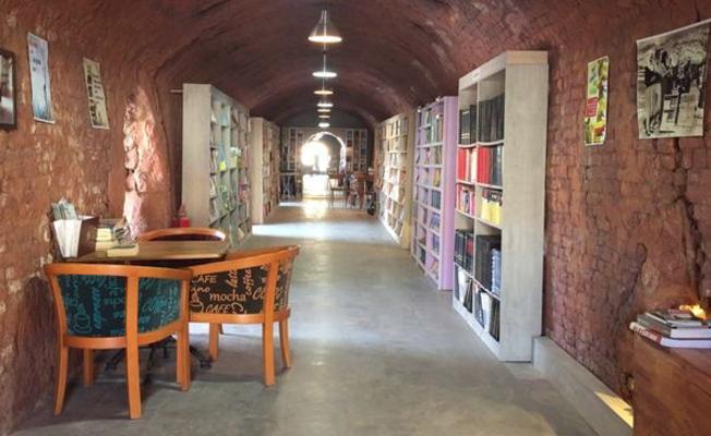 Temizlik işçileri çöpten topladığı kitaplarla kütüphane kurdu