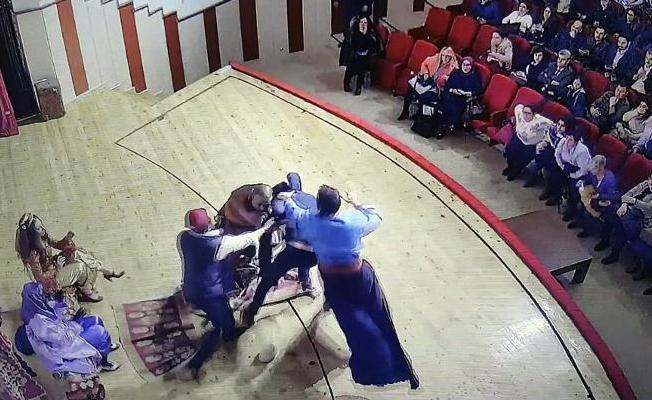 Tiyatro oyuncusu sahnede darp edildi