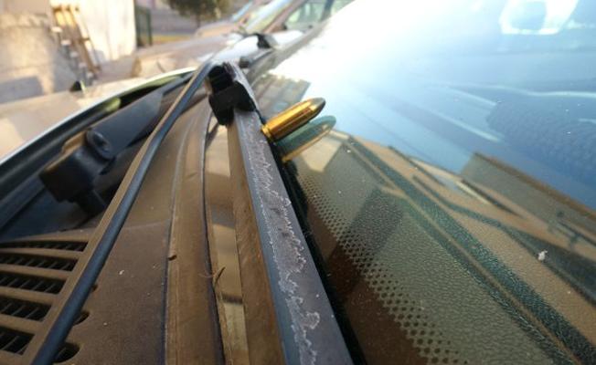 Konya'da bir sitede otomobillerin sileceklerine mermi bırakıldı