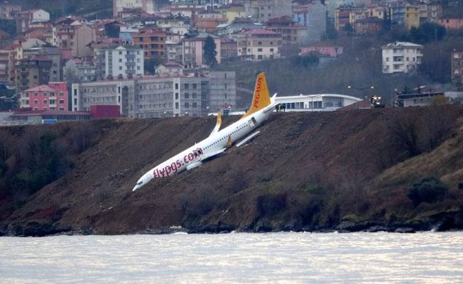 Trabzon'da yamaca saplanan uçak vinçle çekilecek