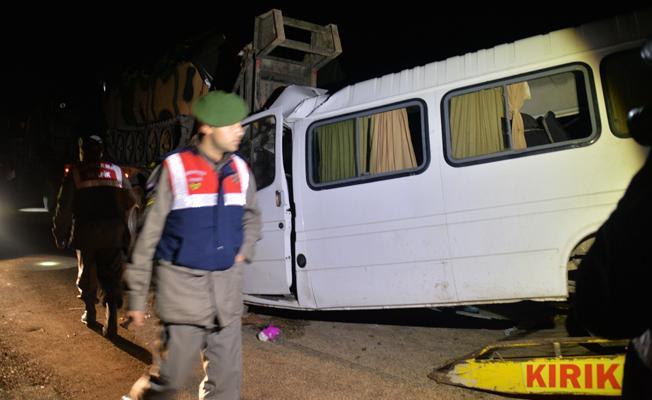 Tarım işçilerini taşıyan minibüs, askeri TIR'a çarptı: 3 ölü