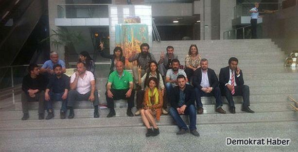 Avukatlar 211 gösterici için oturma eyleminde