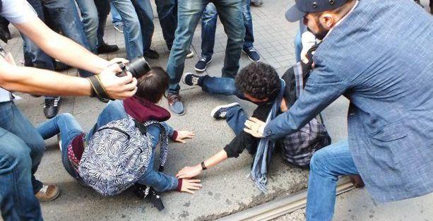 2 sevgiliyi yerde sürükleyerek gözaltına aldılar!