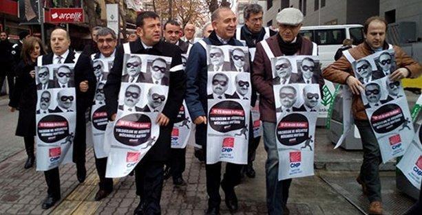 Afiş için yer bulamayan CHP'liler ayaklı billboard oldu
