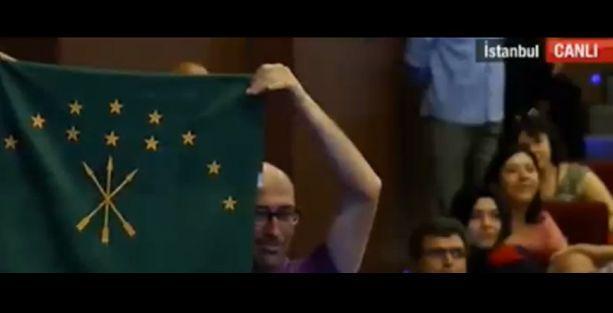 Akit muhabiri 'bayrak' sordu, HDP'li Çerkes bayrağı açtı