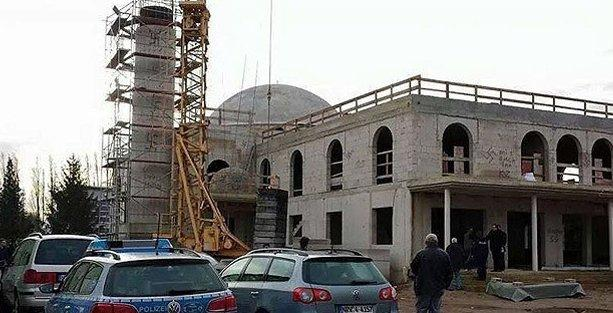 Almanya'da cami inşaatına ırkçı saldırı: Duvara Nazi sembolleri çizdiler
