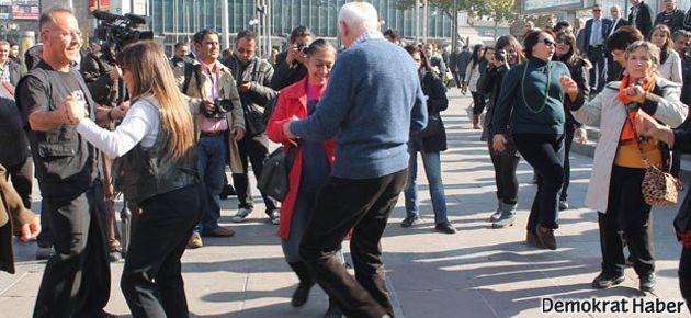 Ankara'da 'kızlı-erkekli' dans eylemi