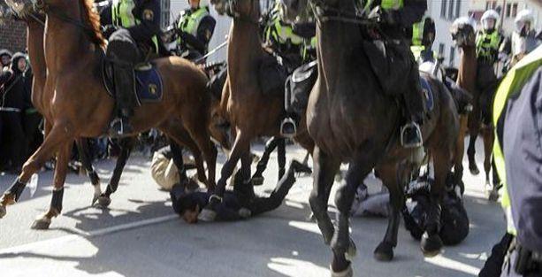 Atlı polisler göstericileri ezdi!
