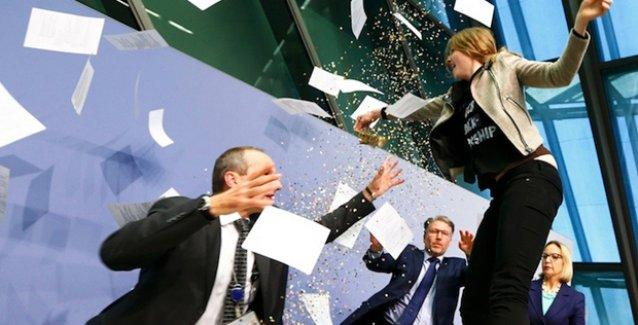 Avrupa Merkez Bankası konfetiyle protesto edildi