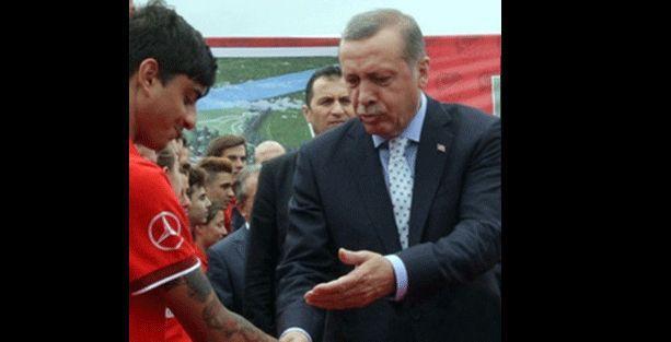 Başbakan'ın eleştirdiği futbolcudan 'dövme' yanıtı
