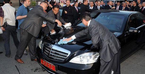 Başbakan'ın makam aracındaki kuş pisliğini 3 koruma temizledi